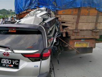 Video Toyota Rush Remuk Hantam Pantat Tronton